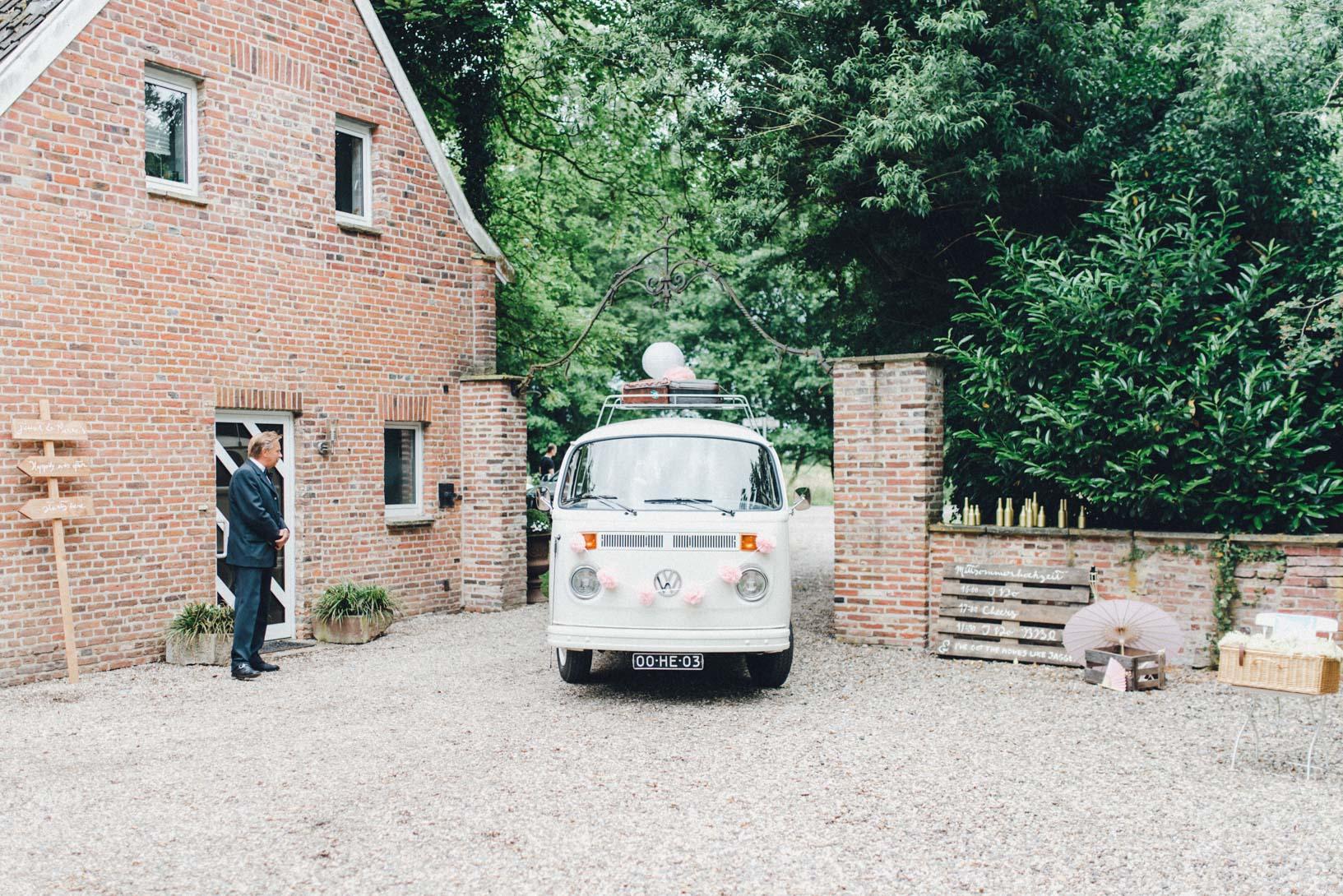 DIY-Hochzeit-gold-VW-Bully-57
