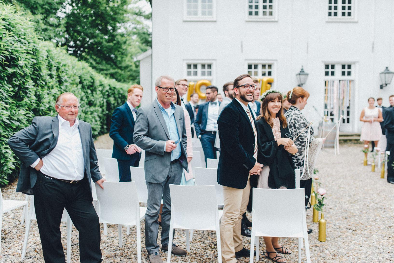 DIY-Hochzeit-gold-VW-Bully-56